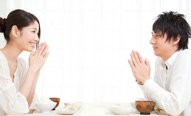 夫婦手を合わせて朝食の挨拶をしている