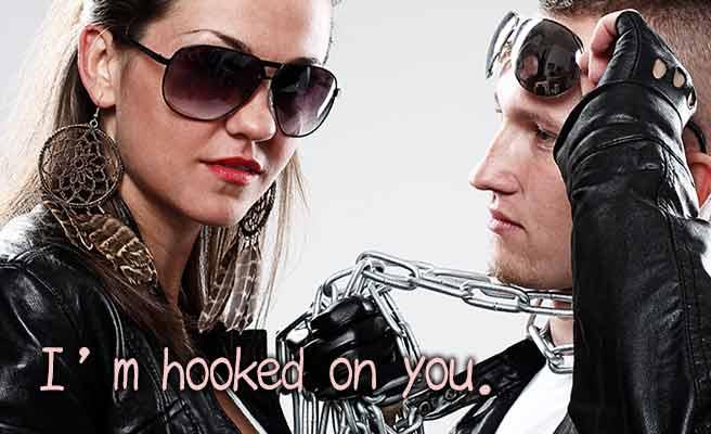 男性の首に鎖をかける女性