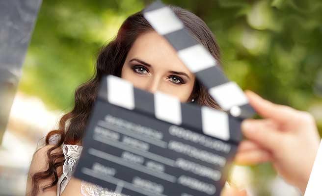 映画のシーン撮りに出演する女優