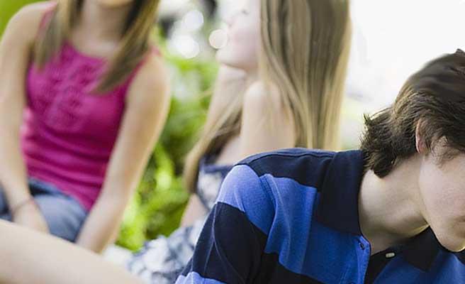 少年の傍で女友達と話す少女
