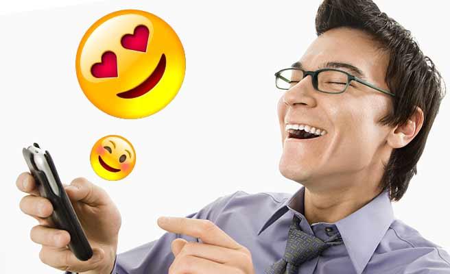 スマホを見ながら笑う男性