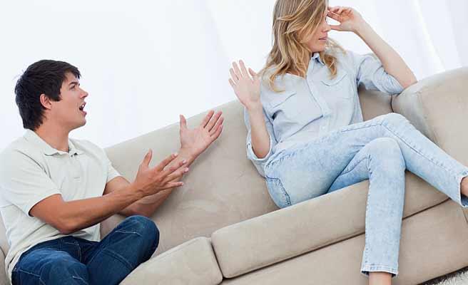 ソファに並んで座り女性に文句を言う男性