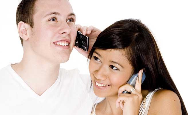 携帯で会話するカップル