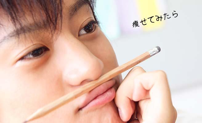 一言の後で鉛筆を鼻の下に挟んでボーとする男性
