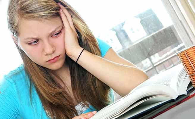 分厚い本を読む少女