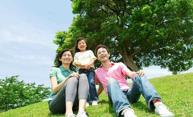 公園でくつろぐ親子3人