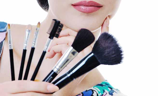 化粧道具を揃えて手に持つ女性