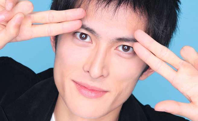 指で眉毛を作る男子