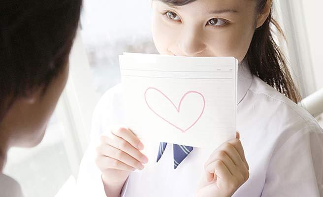女学生がラブレターを渡す