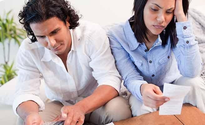 請求書を見て思案する夫婦