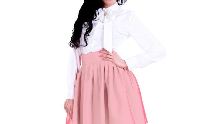 白のブラウスと淡いピンクのフレアスカート