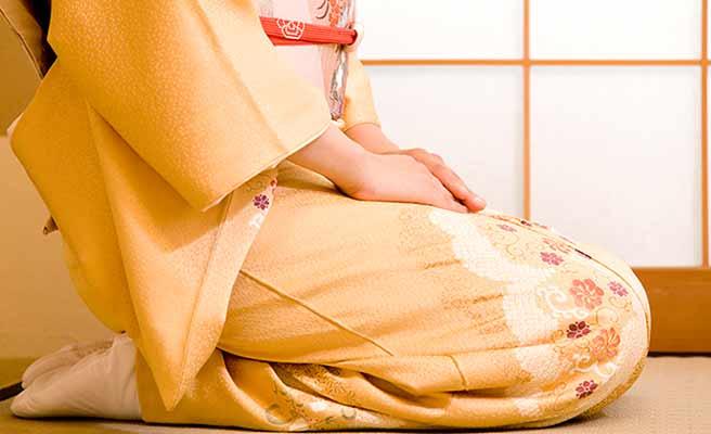 着物を着て正座する女性
