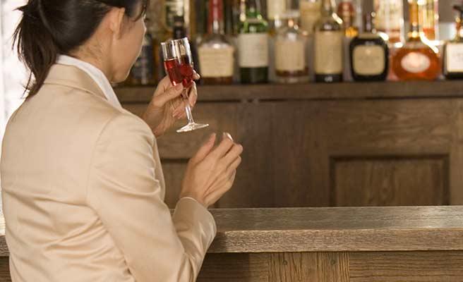 バーで一人グラスを傾ける女性