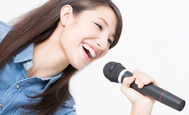 カラオケで一人熱唱する女性