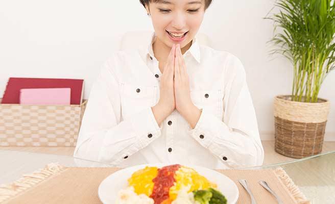 一人で食事する女性