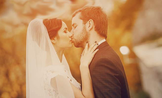 花嫁衣裳の女性とキスする男性