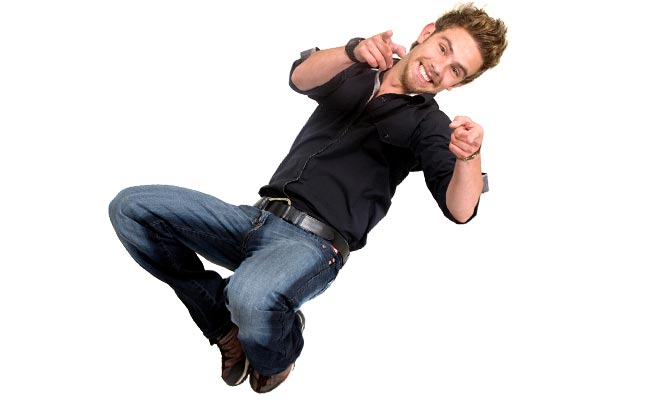 笑顔でジャンプする男性
