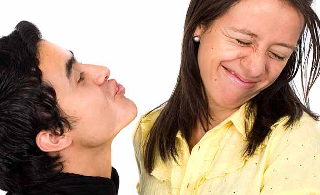 キスしようと口を突き出す男から顔をそむける女性