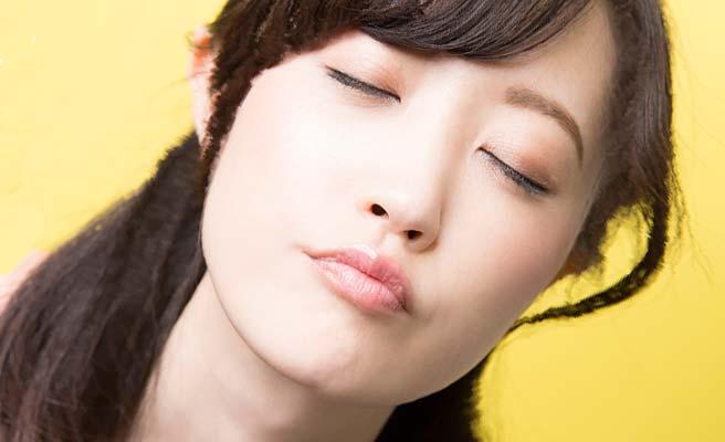 キス顔する女性