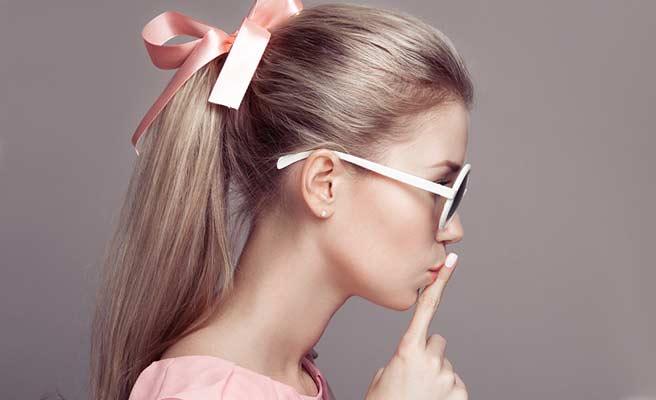 リボンで髪を縛るガーリー女子