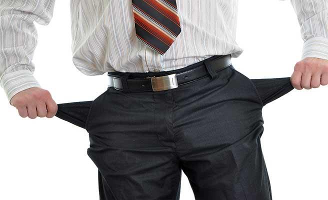 ズボンのポケットを引っ張り出すサラリーマン