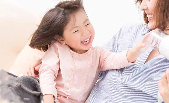 子供と遊ぶ母親