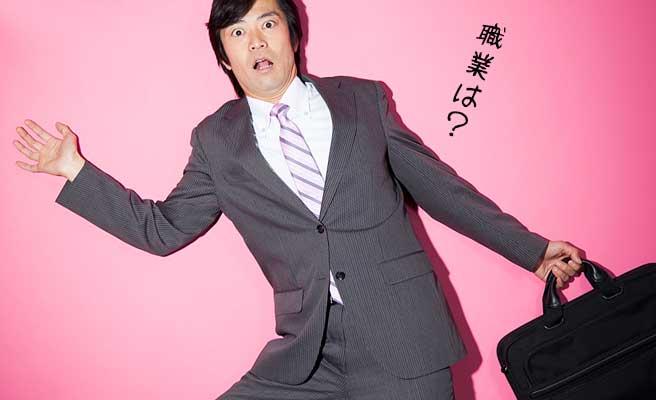 スーツ姿の男性が驚いて立ち止まる