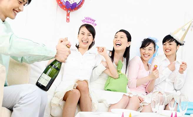 パーティで盛り上がる男女