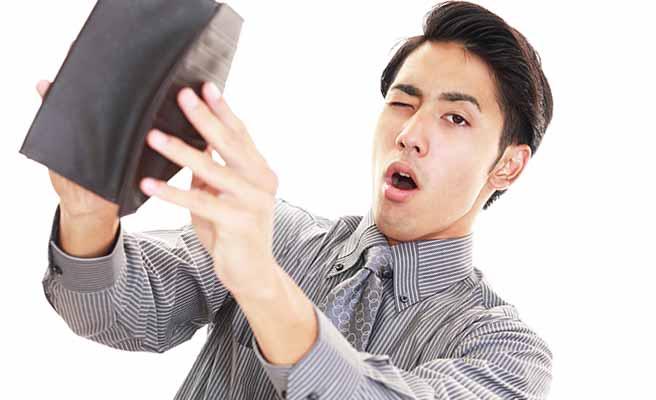 財布を開いて片目をつぶる男性
