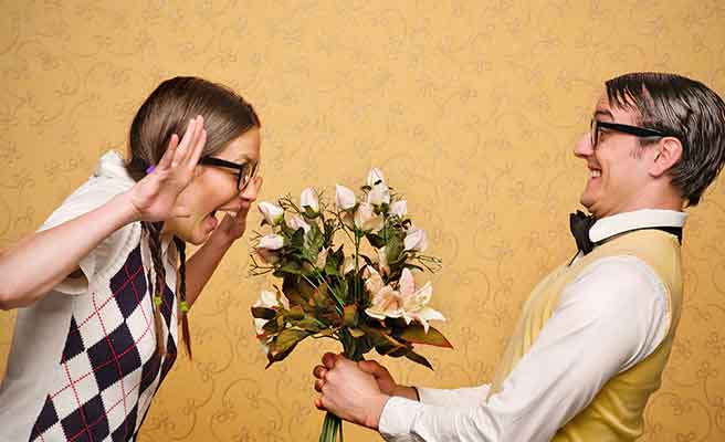 男性から花束を受け取る女性