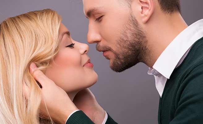 若い女性に顔を近づける男性