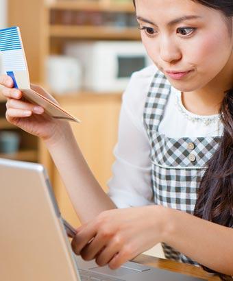 家計簿をつける主婦