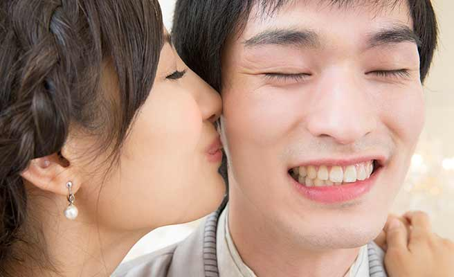 新郎の頬にキスする新婦
