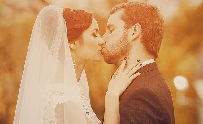 新郎新婦の唇同士のキス