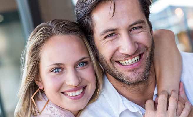 笑顔で顔を寄せ合うカップル