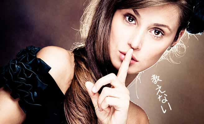 唇に人差し指をあてて黙る女性