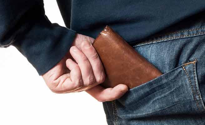 ポケットから財布を出そうとする男性