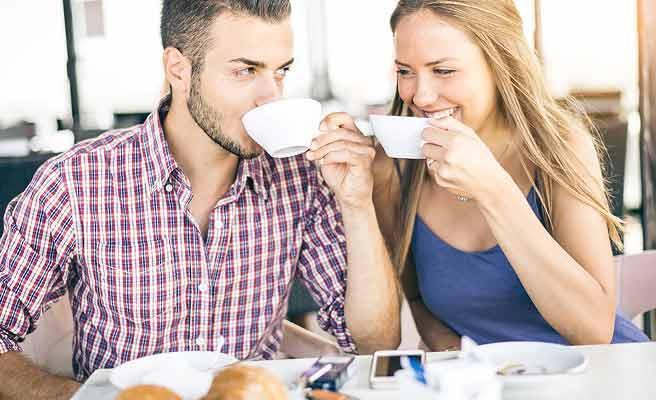 朝食のコーヒを一緒に飲む夫婦