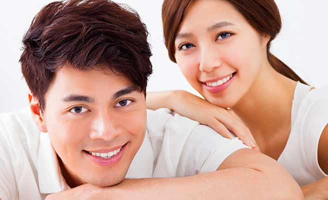 夫婦が正面を向いて笑顔