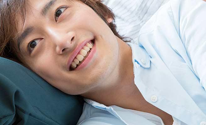 彼女の膝枕で笑顔の男性