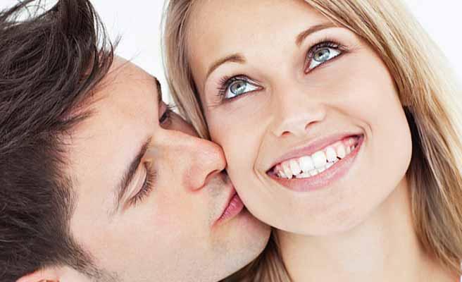 彼女に頬にキスする男性
