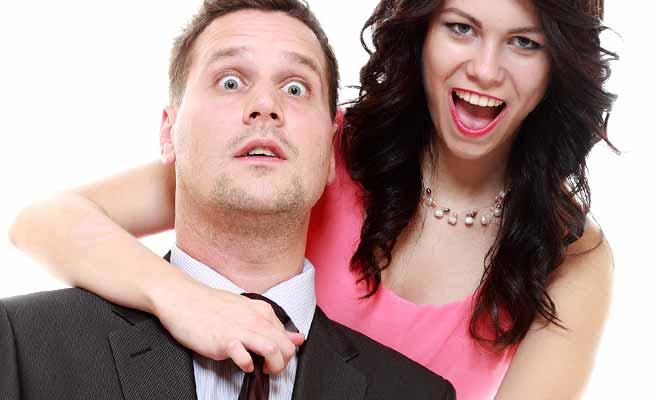 彼氏のネクタイを締めなおす女性