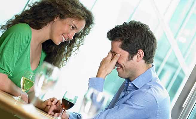 目頭を押さえる男性と彼を慰める女性