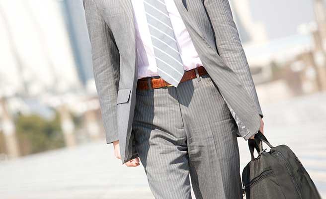 スーツ姿で歩く男性