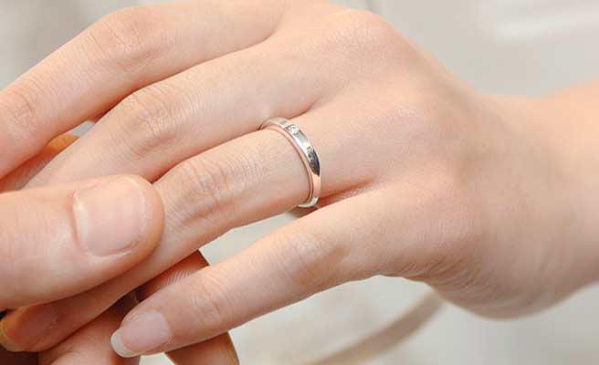 女性の手に指輪をはめる