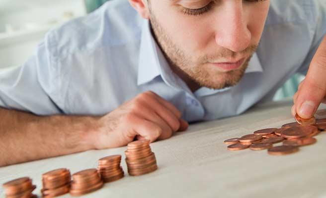 コインを整理する男性