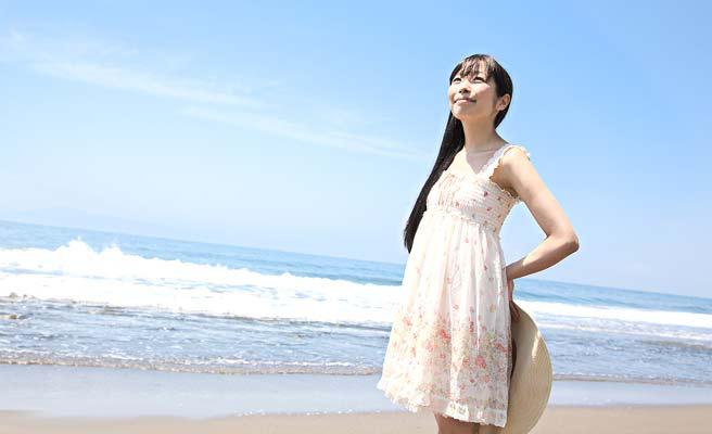一人で海辺に立つ女性