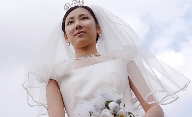 空を背景に花嫁衣裳の女性