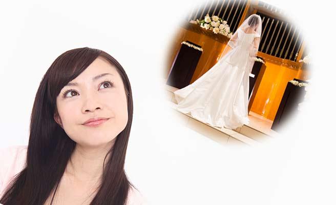 結婚式を思い浮かべる女性