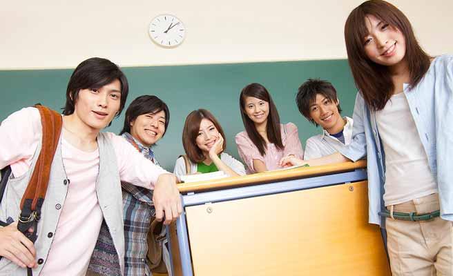 教室に集まる学生たち